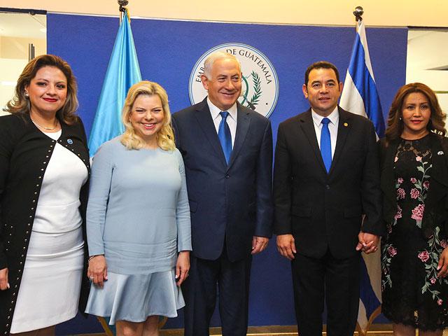 Министр иностранных дел Гватемалы Сандра Йовел, Сара и Биньямин Нетаниягу, Джимми Моралес и его супруга на открытии посольства Гватемалы  в Иерусалиме. 16 мая 2018 года