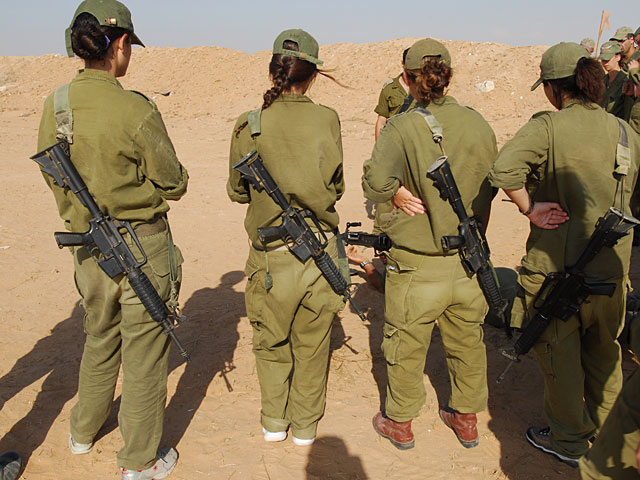 """СМИ: пять девушек-военнослужащих были """"забыты"""" на палестинской территории ночью"""