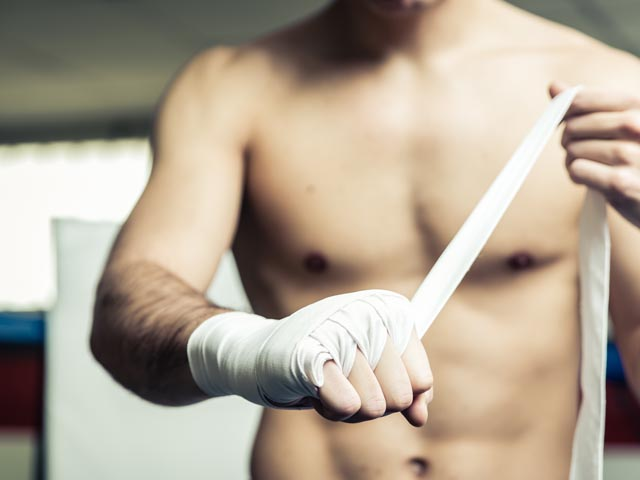 Тайский бокс: боец нокаутировал соперника и судью