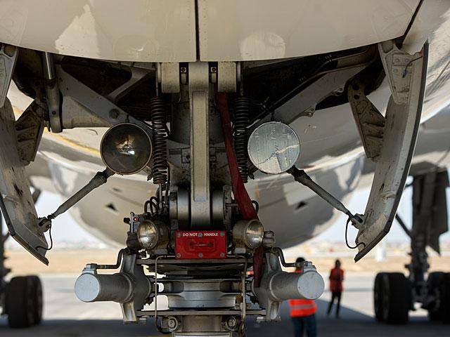 В аэропорту Бен-Гурион совершил аварийную посадку самолет с лопнувшим шасси