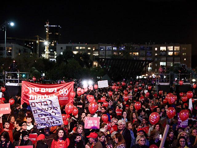 Десятки тысяч женщин участвуют в митинге на площади Рабина