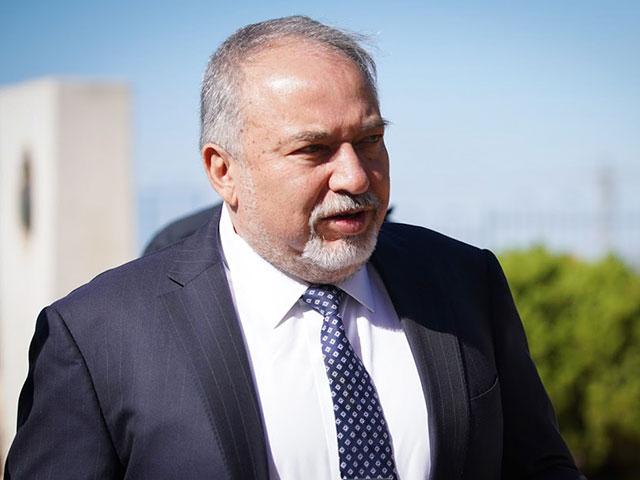 Либерман: Нетаниягу обязан прекратить перевод денег ХАМАСу после теракта в Офре