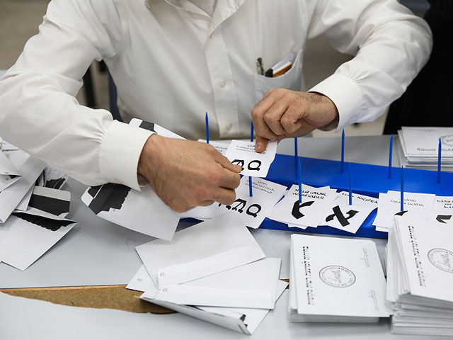 """Опрос: """"Кахоль Лаван"""" продолжает терять мандаты, правые усиливаются"""