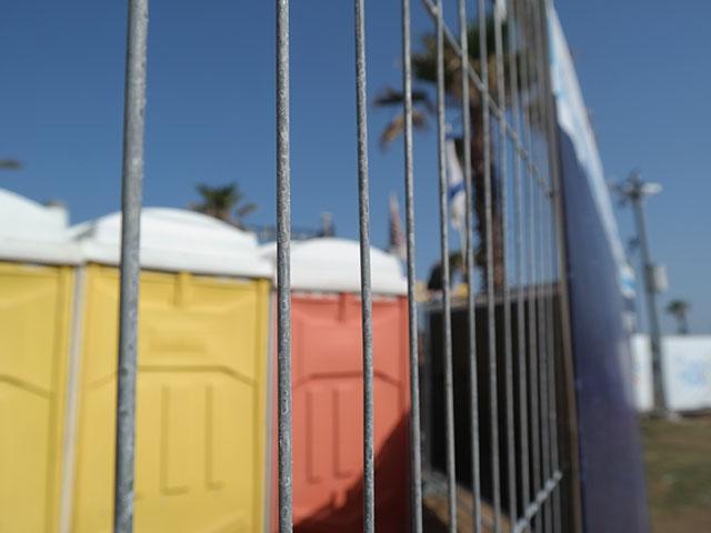 """""""Сделано все, что возможно"""": памятники """"Дольфи"""" за забором зоны """"Евровидения"""""""