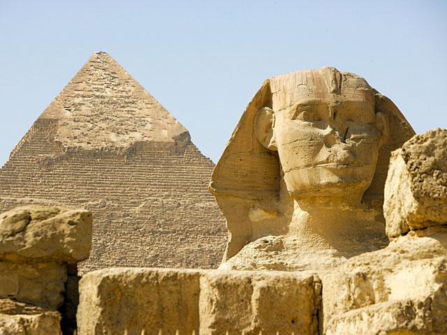 Арабская редакция Sky News передала, что в Египте, в районе пирамид, рядом с автобусом, перевозившим туристов, прогремел взрыв.