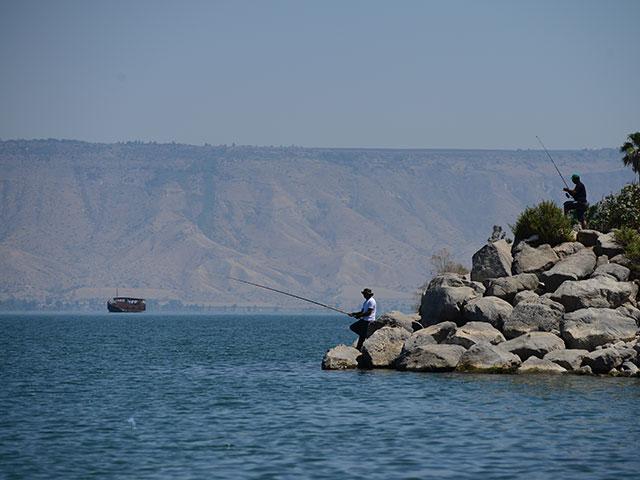 На озере Кинерет ведутся поиски пяти человек, находившихся на борту парусной лодки