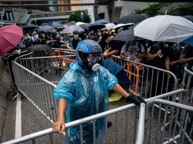 В Гонконге полиция пытается разогнать демонстрантов