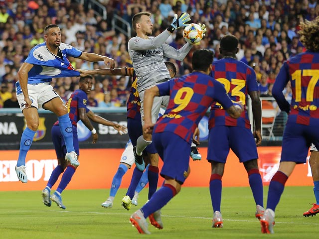 """Барселона"" разгромила ""Наполи"". Неаполитанцев на стадионе встретила собака, искавшая наркотики"
