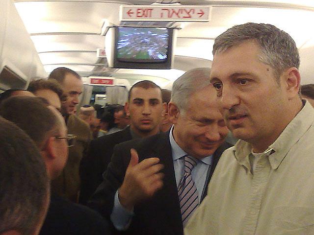 Нир Хефец и премьер-министр Биньямин Нетаниягу приветствуют журналистов перед полетом в Москву. Февраль 2010 года
