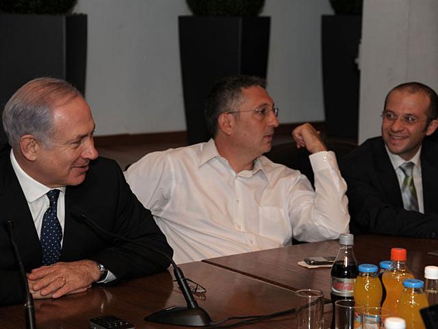 Биньямин Нетаниягу, Нир Хефец и Алекс Сельский во время встречи с русскоязычными журналистами. Тель-Авив, 23 декабря 2010 года