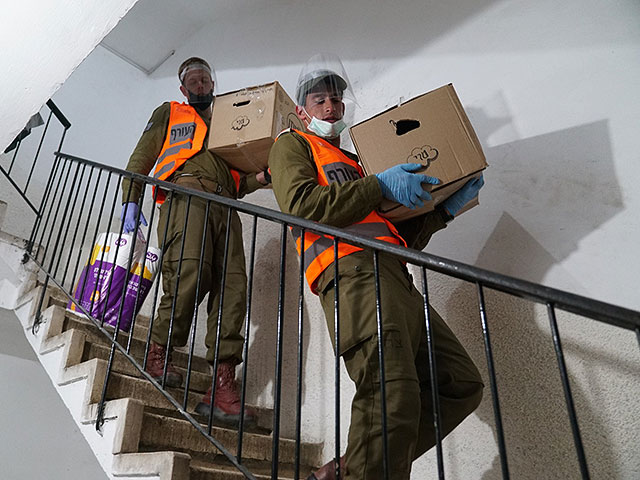 Солдаты ЦАХАЛа раздали жителям Бней Брака 15000 посылок с продуктами питания