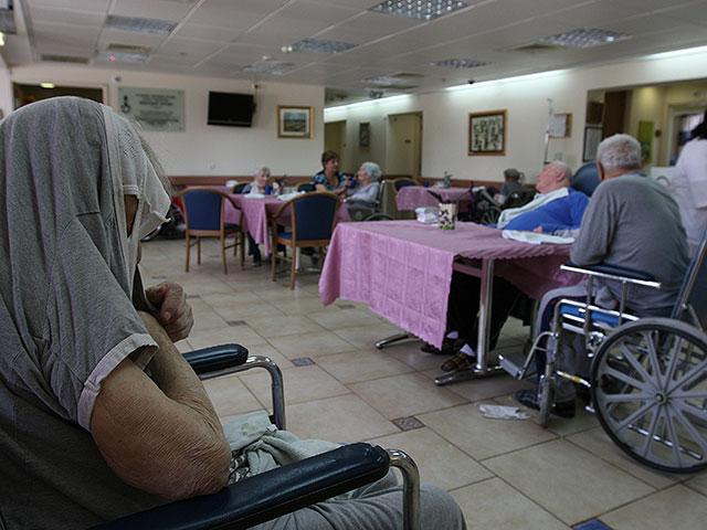 В домах престарелых, где есть хотя бы один больной, проверят на коронавирус всех жильцов