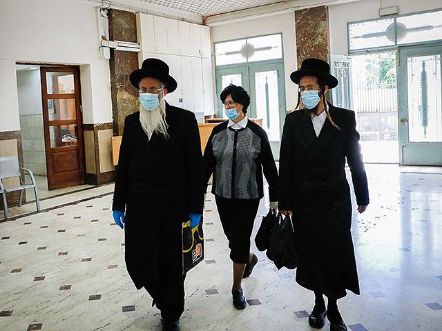 Члены семьи Малки Лейфер прибывают на судебное слушание в Окружной суд Иерусалима, 26 мая 2020 года