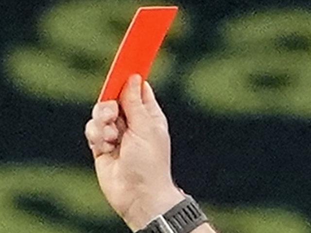 Расизм не прошел. Латвийский арбитр объяснил демонстрацию среднего пальца темнокожему футболисту