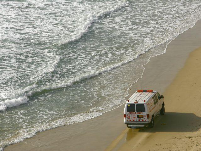 На пляже в Акко пытаются спасти пожилого мужчину, которого вытащили из воды
