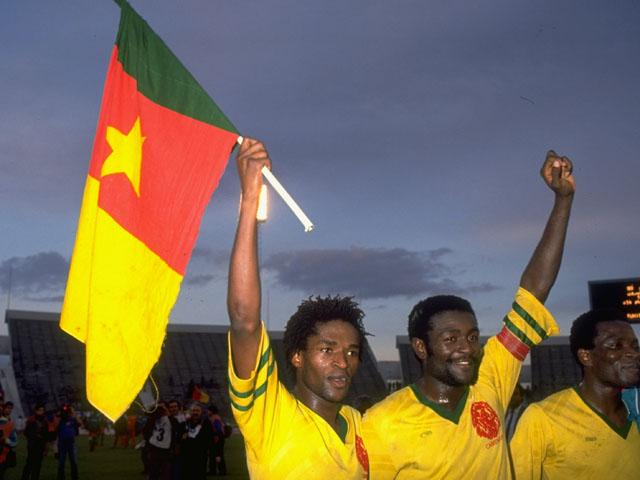 Стивен Татав (слева) с товарищами по команде отмечает выход сборной Камеруна в финальную часть чемпионата мира 1990 года