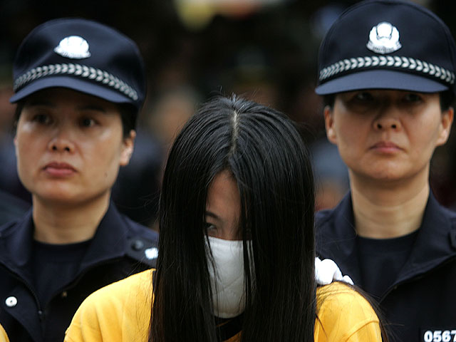 Шокирующая акция публичного унижения проституток.