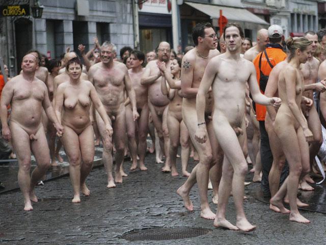 голышом при людях фото