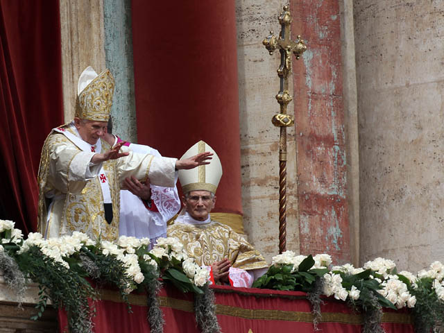 Newsru.co.il :: фото :: папа римский бенедикт xvi с балкона .