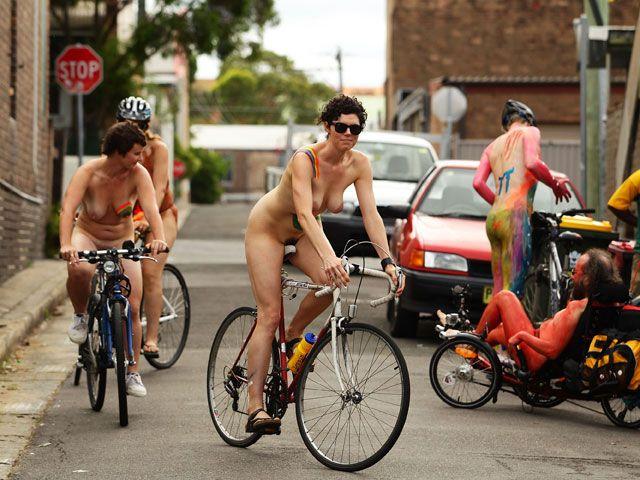 Голый велопробег (иллюстрация)
