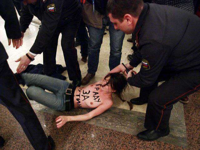 В защиту мусульманок: активистки FEMEN разделись на фоне главной мечети Стамбула