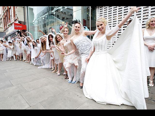 Толпой невесту фото