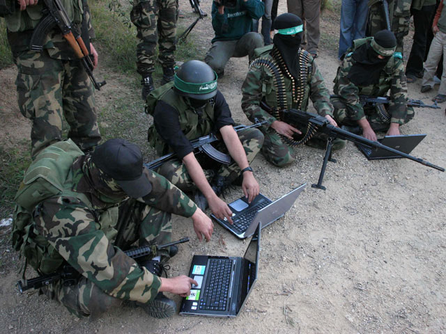 """""""Хакеры ХАМАСа"""" демонстрируют владение компьютером"""
