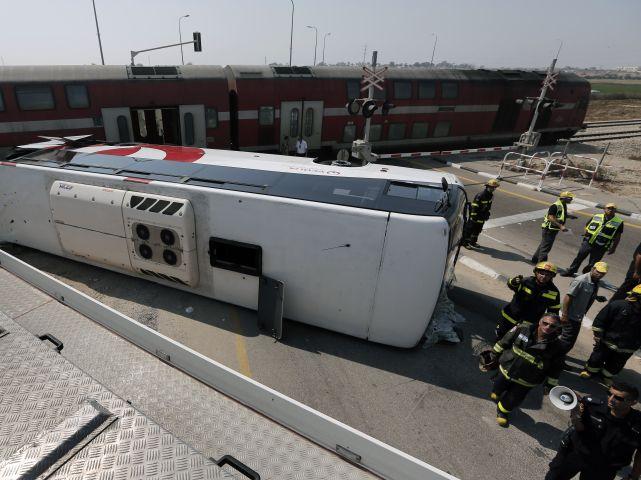 Водитель автобуса заявил, что другие машины заблокировали ему выезд с железнодорожных путей.