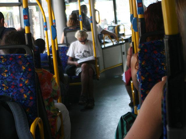 """Ультраортодоксы выгнали военнослужащую из автобуса """"за нескромный вид и поведение"""""""