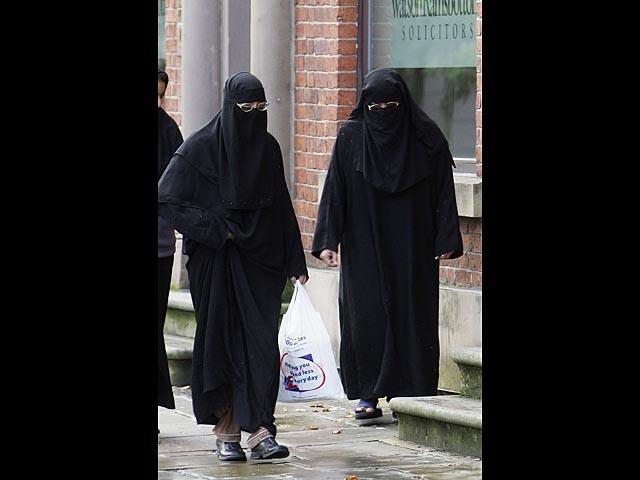 """Пьяная полька напала на мусульманок в хиджабах и потребовала, чтобы те """"убрались из Британии"""""""