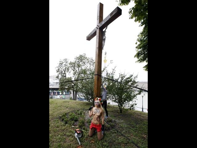 Активистки FEMEN спилили крест в поддержку Pussy Riot. Киев, 17.08.2012