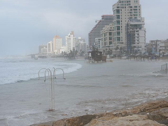 Пляж А-Цук в Тель-Авиве закрыт из-за угрозы обрушения скалы, но открыты три других пляжа