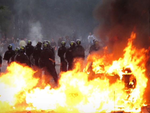 В новогоднюю ночь во Франции сожгли около 1,2 тысячи автомобилей