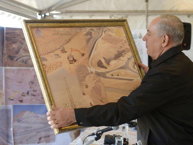 Премьер-министр Биньямин Нетаниягу на церемонии окончания строительства забора на египетской границе. 02.01.2013