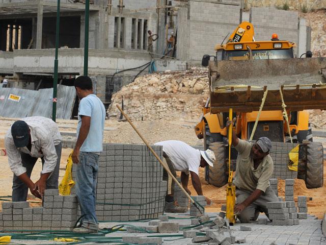 Палестинские рабочие в еврейском поселке Цуфим. Октябрь 2012 года