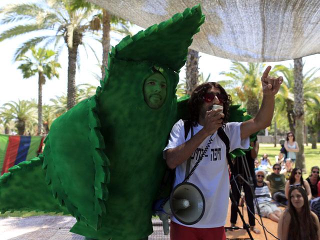 """Активисты """"Але Ярок"""" во время манифестации, приуроченной к  Международному дню марихуаны. Тель-Авив, апрель 2012 года"""