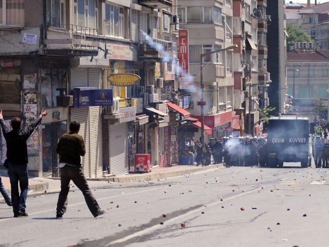 Столкновения между полицией и противниками Эрдогана в Стамбуле. Десятки пострадавших