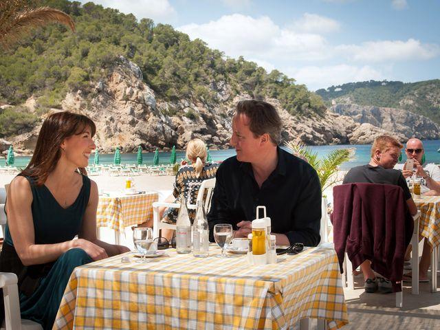 Премьер-министр Великобритании Дэвид Кэмерон и его супруга Саманта на Ибице