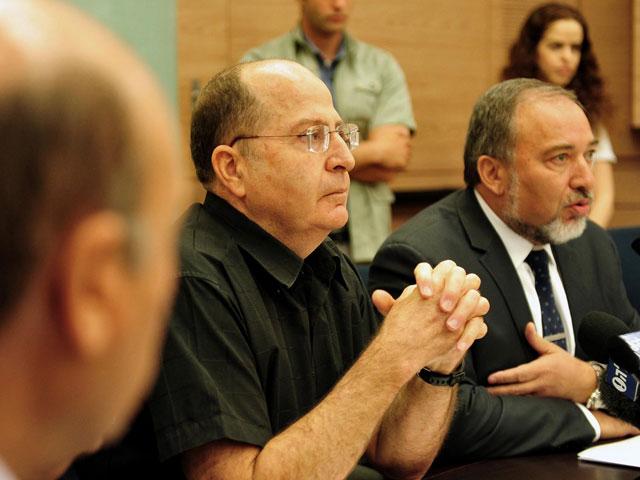 Моше Яалон и Авигдор Либерман на заседании комиссии по иностранным делам и безопасности. Иерусалим, 3 июня 2013 года