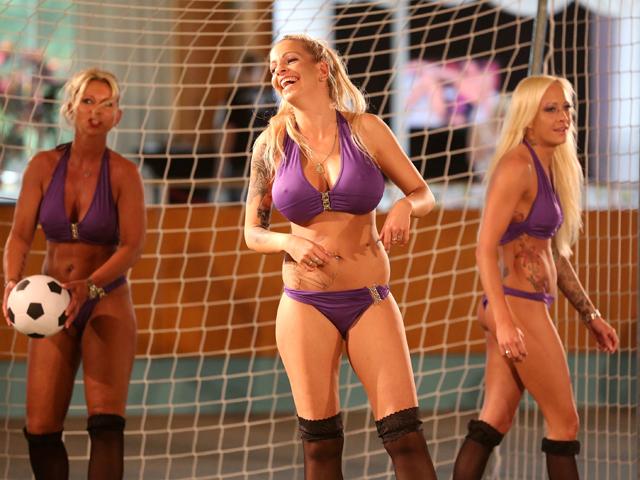 goliy-futbol-sredi-zhenshin-foto-massazh-dlya-muzhchini-posle-seksa