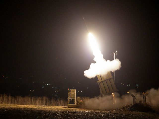 """Батарея """"Железного купола"""" перехватывает ракеты, выпущенные из сектора Газы (архив)"""