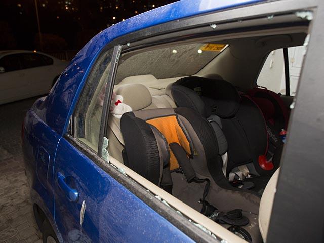Атакованный автомобиль. Армон а-Нацив, Иерусалим. 28 ноября 2013 года