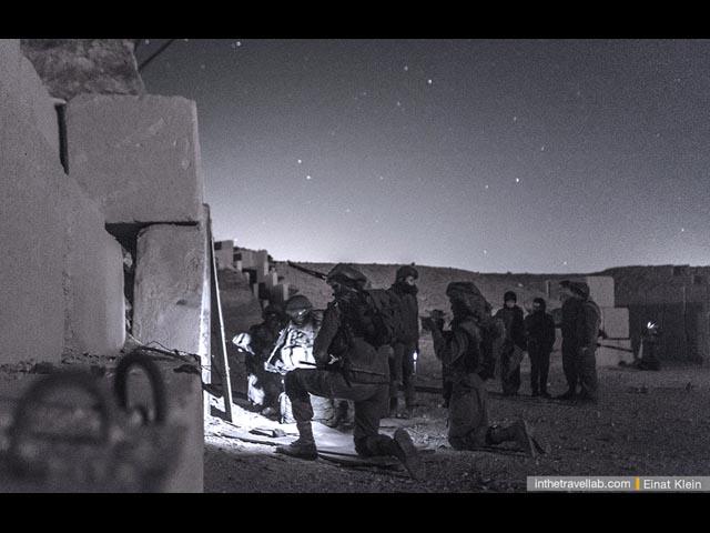 Штурм. Прежде всего необходимо взорвать дверь, ведущую в бункер. Для этого солдаты крепят взрывчатку.