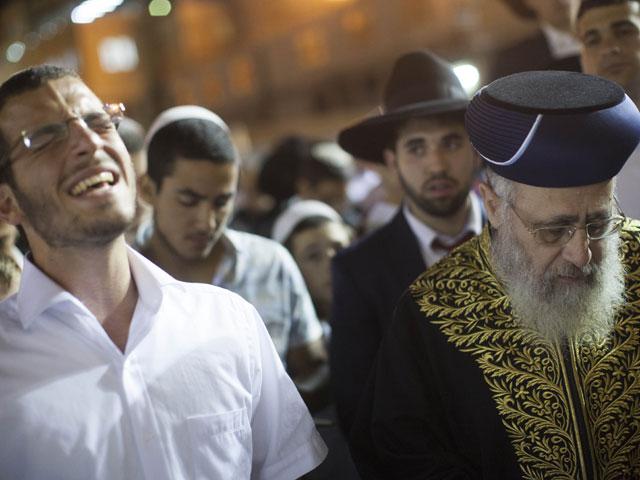 Раввин Ицхак Йосеф на молитве у Стены Плача 14 июня 2014 года