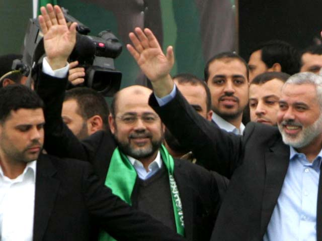 Муса Абу Марзук (в центре) и Исмаил Ханийя (справа)