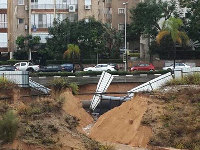 Зимний шторм в Израиле: град, грозы, торнадо, в Холоне смыло автобусную остановку