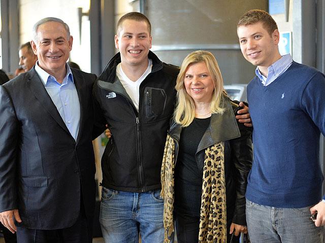 Биньямин Нетаниягу с супругой Сарой и детьми  Авнером и Яиром