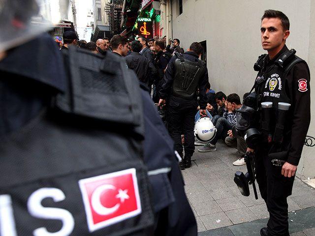 """""""Блондинка с АК-47"""" напала на полицейский участок в Стамбуле"""