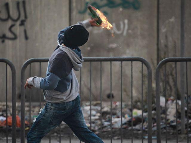 Израильские военные застрелили палестинца, бросавшего бутылки с зажигательной смесью