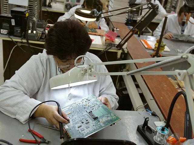 Минфин изменил налогообложение ресиверов, чтобы спасти от закрытия завод Flextronics в Офакиме